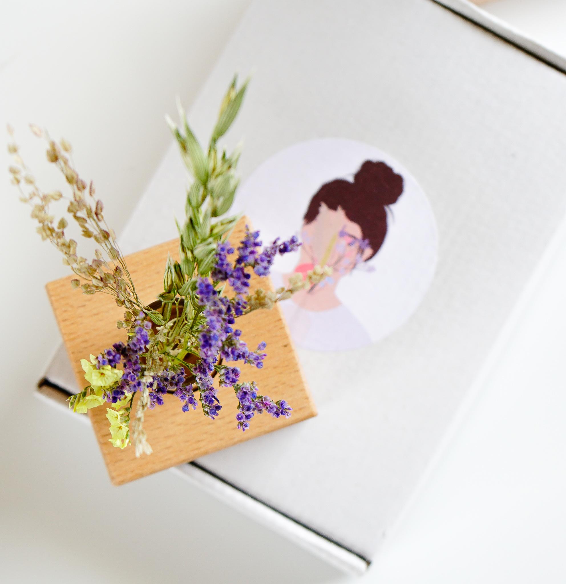 Droogbloemen met houten houder