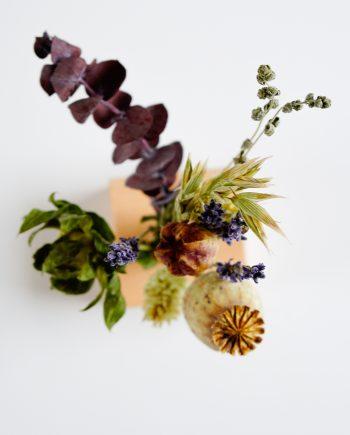 Houten houder met boeket in herfstkleuren