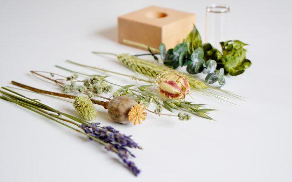 Houten houder met droogbloemen in herfstkleuren