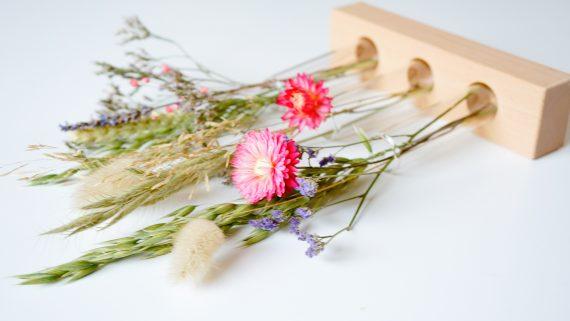 droogbloemen in een houten houder