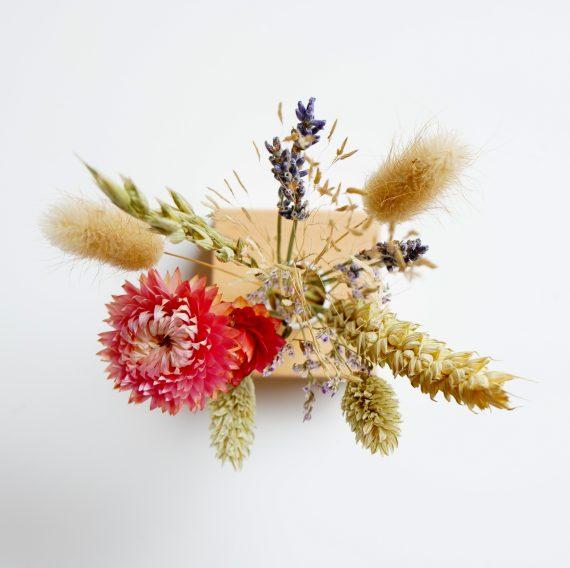 droogbloemenboeket in houte houder