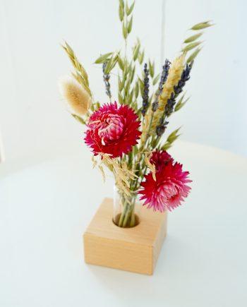 droogbloemen met houten standaard