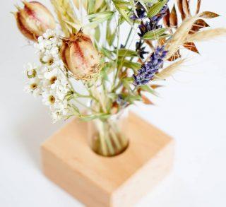 WILDFLOWERS BOEKETJE met een houten houder 💛 🍁 Je kunt deze wilde droogbloemen boeketjes cadeau geven, als relatiegeschenk gebruiken (met onze giftbox) of jouw tafelsetting en woonkamer extra gezellig maken met deze kleine cadeautjes voor jouw gasten 🙏 Voor de retailers onder ons, deze boeketjes zijn ook verkrijgbaar via @orderchampbv . . . . . . . . . . . #mookstories#plantaddict#botanical#sustainableliving#wooninspiratie#stayandwander#interieur#fasionaddict#ecoblogger#interior1234#kleurrijkwonen#ethical#plantbased#vtwonen#tuininspiratie#greenliving#binnenkijken#witwonen#droogbloemen#weddingblog#weddinggift#gardenlife#gedroogdebloemen#weddingblog#mamablog#ecowebshop#naturelovers#bloemenmeisje#retailnederland#lieverdanlief#huwelijkscadeau