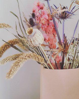 NIEUW 💛 Leftover Bouquet. Check de stories voor het verhaal achter deze boeketjes! #recyclemore #nomorewaste . . . . . . . #mookstories#droogbloemenboeket#droogbloemen#gedroogdebloemen#interiorwarrior#recycle#nowaste#welovegreen#ecowedding#ecowarrior#ecoguide#paperbagflower#bloemen#bloemenmeisje#dankbaar#handmadewithlove#duurzaamondernemen#driedflowers#naturelover#wastematerials#colorfulliving#interieurstyling#actie#happyliving#weddingblog#groenleven