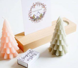 IN LOVE met deze kerstbox met 2 ambachtelijke vegan kerstboomkaarsen van @rustiklys, een houten houder met 2 handgemaakte waxinelichtjes en een FSC kerstkaart voor € 31.50. Deze feestelijke giftbox is alleen via de webshop verkrijgbaar 🌲📦 . . . . . . #mookstories#plantaddict#botanical#sustainableliving#wooninspiratie#stayandwander#interieur#fasionaddict#ecoblogger#interior1234#kleurrijkwonen#ethical#plantbased#vtwonen#greenliving#binnenkijken#witwonen#weddingblog#mamablog#ecowebshop#naturelovers#hout#handmadewithlove#duurzamekerstcadeaus#kunst#dutchdesign#rustiklys#affordableart#vegan#liefleven